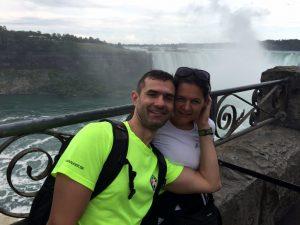 Peťo s manželkou pri Niagarských vodopádoch